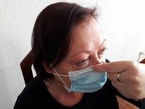 Dedos índice y pulgar presionando la mascarilla sobre la nariz.